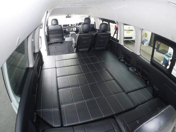 ハイエース200系_コミューターGL_ベッドキット装着(10人乗り3ナンバー乗用登録)-フルフラットベッド(後ろから)